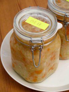 Fertiges Sauerkraut auf Unterlage