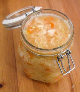 Frisch hergestelltes (und noch nicht fermentiertes) Sauerkraut im Bügelglas