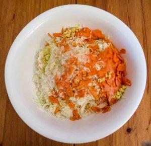 Sauerkraut Zutaten in Emailleschüssel